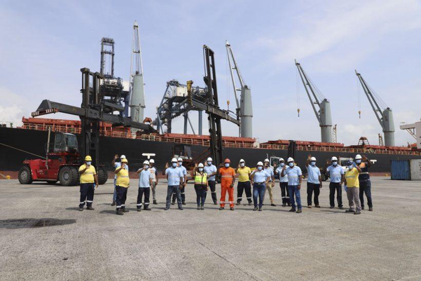 Héroes C3 mandan un mensaje especial de optimismo y esperanza formado por contenedores en uno de los muelles del Puerto de Cristóbal