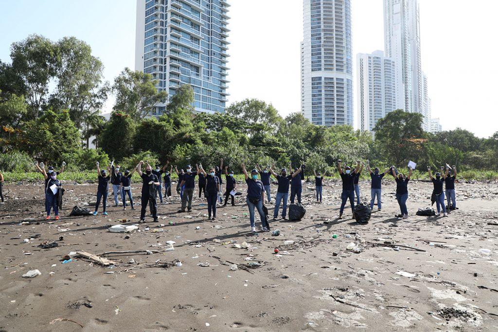 Tigo participó de Limpieza de playa en el Día Mundial de la Tierra
